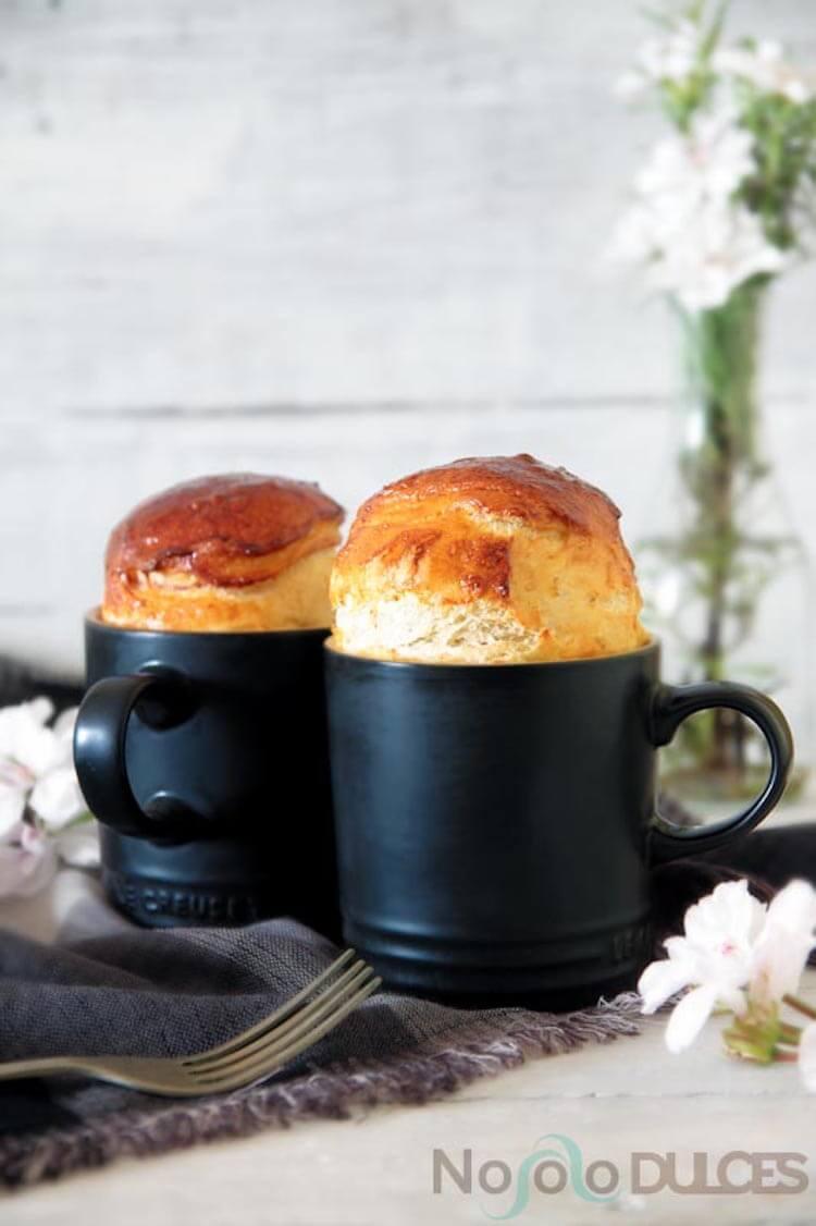mug cake de pan brioche con jamón y pasas