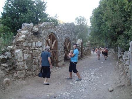 Antalya Olimpos tarihi kenti içinden plajdan dönen insanlar geçerken