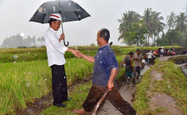 Hujan Deras, Blusukan Jokowi Sepi Kerumunan Masyarakat