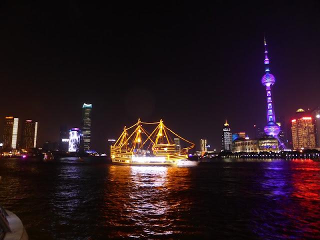 Barcos turísticos en el río