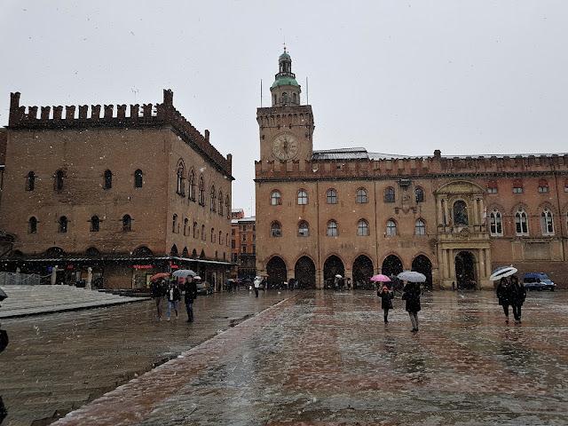 piazza maggiore bologna sotto la neve