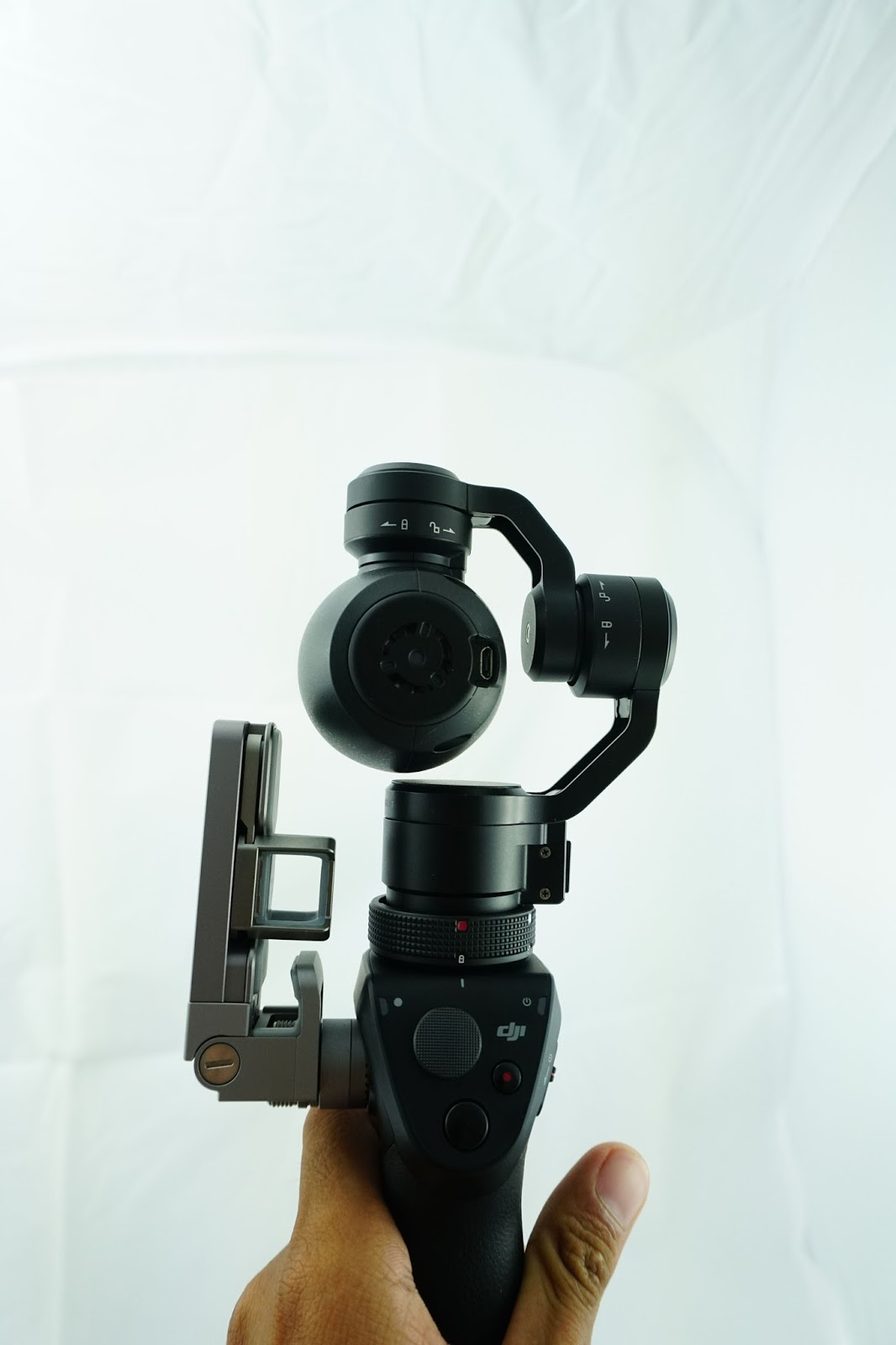 Cần mở khóa các chốt trước khi bật DJI Osmo Camera này lên