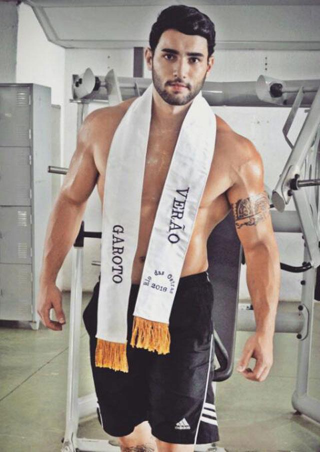 Matheus Lopes, o Garoto Verão 2016, puxa ferro em academia. Foto: Junior de Oliveira e Gabrielle Toledo/Art em Foco