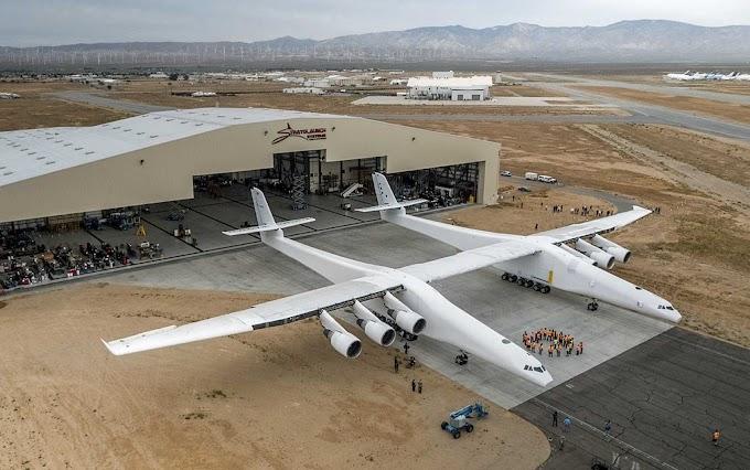 Maior avião já construído no mundo sai de hangar nos EUA