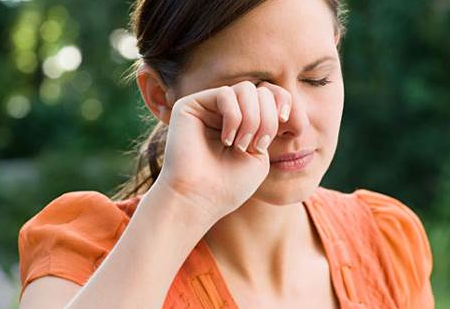 Penjelasan Ilmiah Kenapa Ada Corak Saat Menggosok Mata