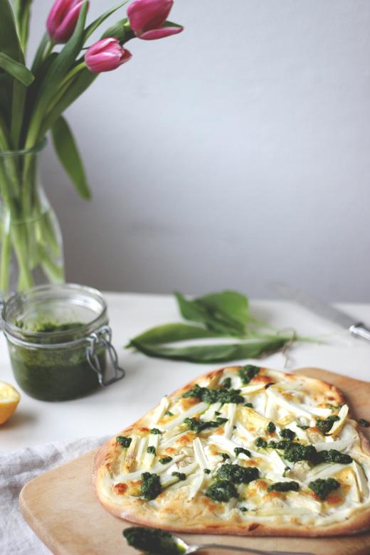 Weiße Pizza, Pizza bianca, mit Spargel und Bärlauchpesto.