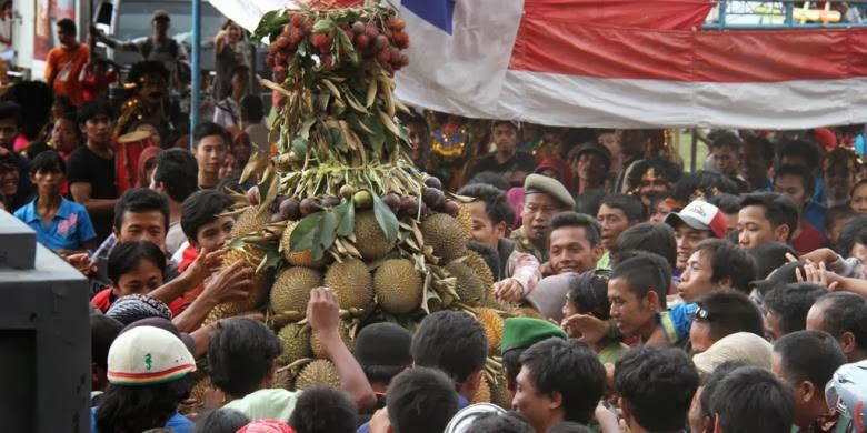 Berebut durian gratis di Magelang