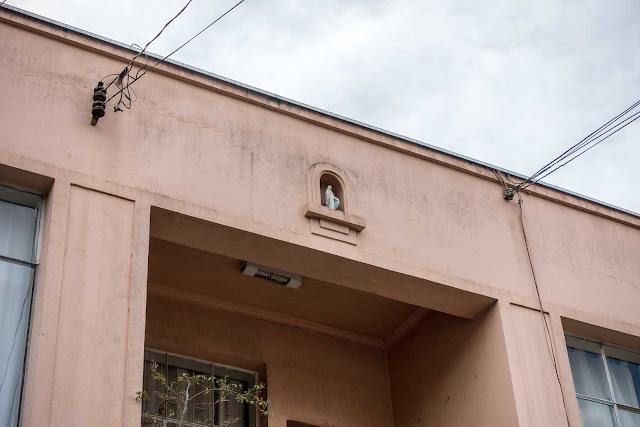 Outra casa com ornamento de ferro e capelinha - detalhe
