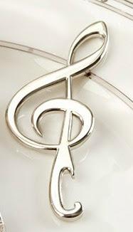 Un elegante abridor con diseño de nota musical que lo convierte en un regalo de boda original para tus invitados.