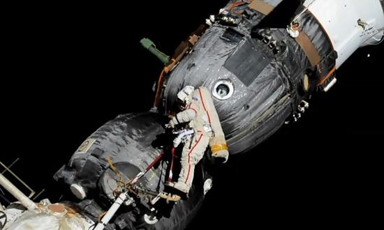 Conserto Buraco Soyus ISS Cosmonautas