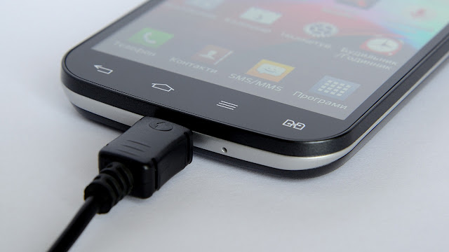 ingems de um celular com um carregador de bateria
