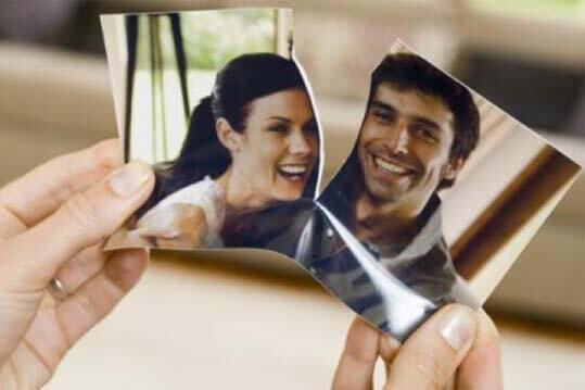 Foto rompiendose por la mitad porque la amistad despues de una relacion no es buena