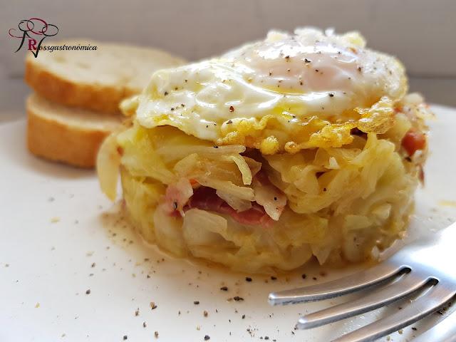 Repollo salteado con bacon y huevo frito.