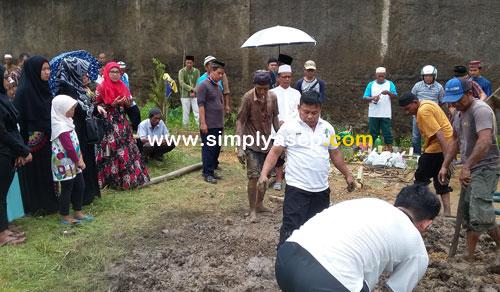 MEMIMPIN DOA : Ustad H Ahmad Farhan (berbaju gamis putih dan berkopiah putih) Ketua Masjid Babussalam Duta Bandara Ahmad Yani 2 memimpin doa. Foto Asep Haryono