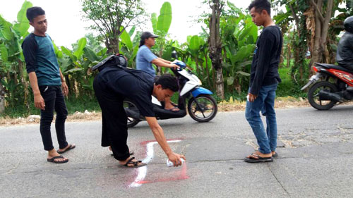 Aksi Menandai Jalan Rusak Di Babelan Untuk Kewaspadaan pengguna Jalan
