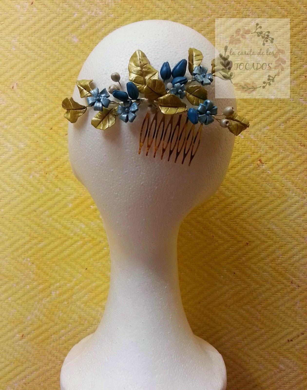 peineta artesanal realizada en porcelana fría en colores dorado y azul turquesa