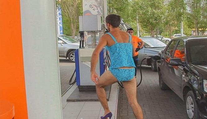 aneh-tapi-nyata-isi-bensin-gratis-pakai-bikini