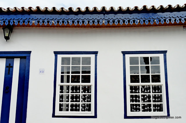 Fachada adornada por Lambrequins no Centro Histórico de Pirenópolis, Goiás