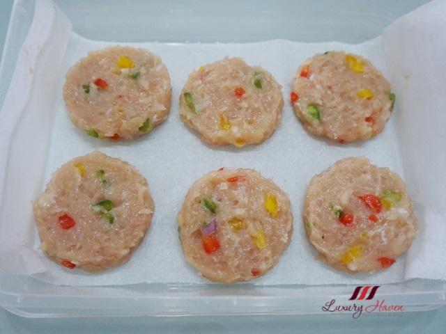 chicken burger recipe with colourful capsicum