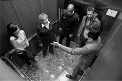 Agar Tidak Bete Saat di Lift