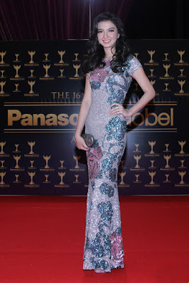 Bodicon Dress Raline Shah di bibir seksi tampil glamour di Panasonic Global Award