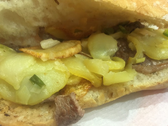 Mesón la Albufera - Detalle del bocadillo de carne de caballo con patatas a lo pobre y ajos tiernos