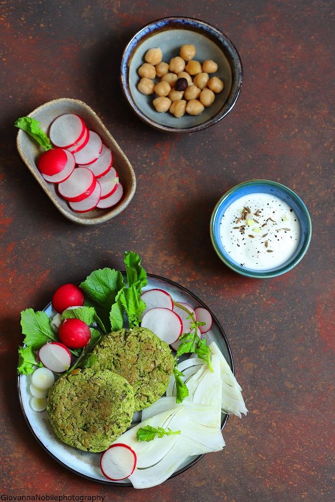 Falafel di ceci e piselli con insalatina