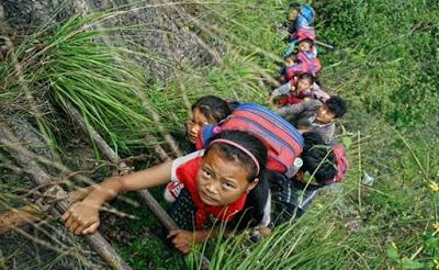 Anak-anak di China Harus Naik Tebing Curam ke Sekolah