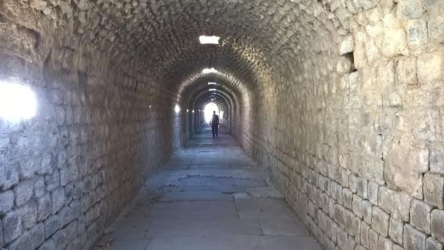 Kryptoporiktus (yeraltı geçidi), Asklepion'da uyku odalarıyla tedavi binasını birbirine bağlıyordu...