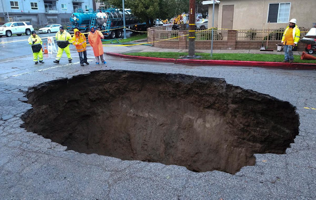 http://assets.nydailynews.com/polopoly_fs/1.2977452.1487617607!/img/httpImage/image.jpg_gen/derivatives/gallery_1200/sinkhole-studio-city-california.jpg