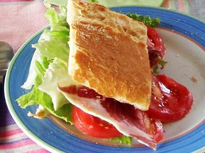 sandwich de jamón y pollo