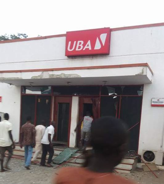 Commotion as Armed Robbers Attack UBA In Broad Daylight, Shoot 2 Police Officers and Banker