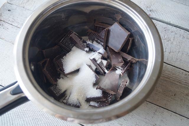 Шоколад и сахар для приготовления трюфеля дома