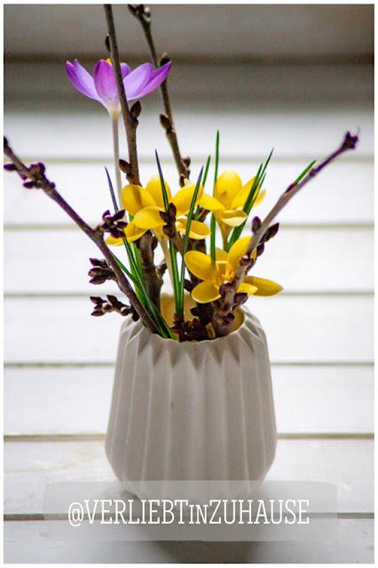 Blühende Krokusse in kleiner Vase -Verliebt in Zuhause