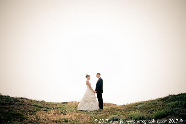 photo dans les dunes mariés qui se tiennent la main face à face