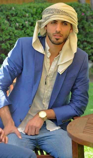 pria arab tampil casual dengan baju muslim jaz