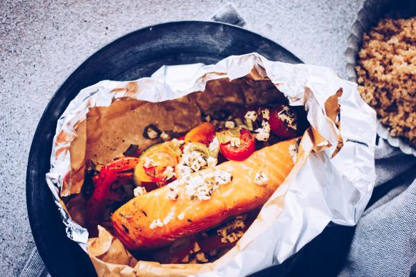 Grillrezepte: Rezept für Grillpäckchen mit Lachs und Süßkartoffeln ohne Aluminium. By titatoni.de