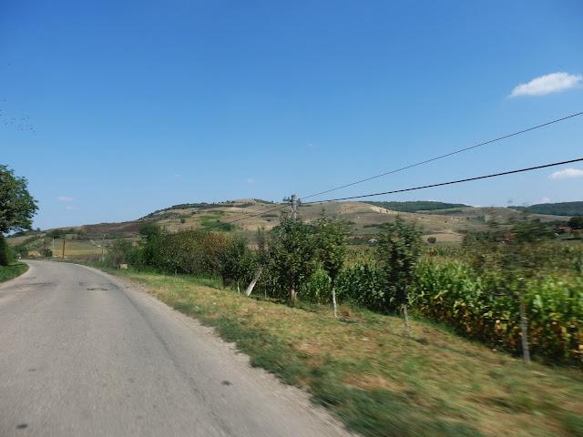 W ciągu 2 lat boczna rumuńska droga została wyasfaltowana (wrzesień 2016)