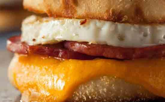ELUR BURGER : Inilah telur yang biasa ada di setiap porsi burger yang anda makan. Ternyata menyimpan sejumlah rahasia. Gambar dari Brent Hofacker/Shutterstock