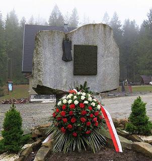 Obelisk upamiętniający Karola Wojtyłę na Krowiarkach.