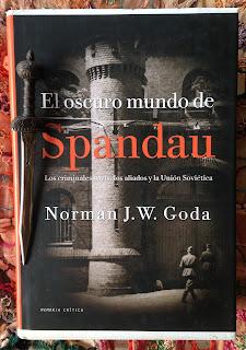 Portada del libro El oscuro mundo de Spandau, de Norman J. W. Goda
