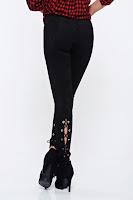 Pantaloni negri casual conici din velur cu talie joasa accesorizati cu snur •