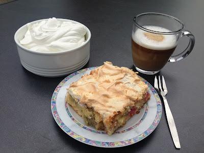 Rezept: Rhabarberkuchen mit Baiser und Sahne