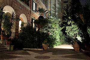 il giardino del nostro b&b è recintato e protetto da un grande cancello in ferro battuto, ospita molte varietà di piante e fiori: palme, magnolie, castagni, limoni, ortensie, rose