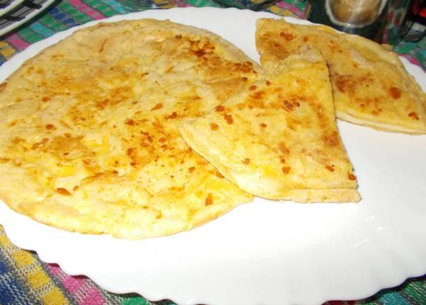 Pão de queijo de frigideira recheado com queijo