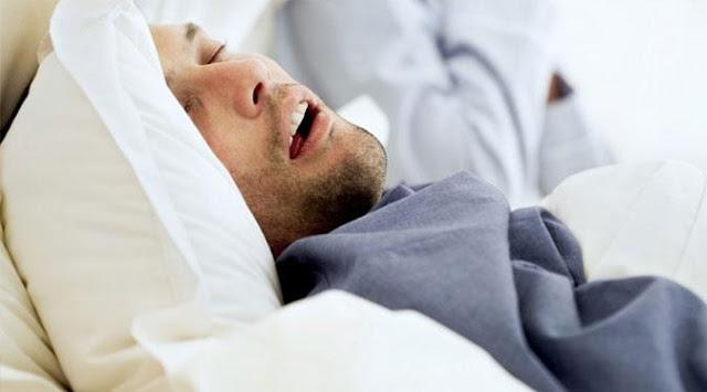 tidur tanpa bantal, tidur lebih baik tanpa bantal, tidur berdengkur dengan bantal, bantal sakit tulang belakang, bantal berdengkur