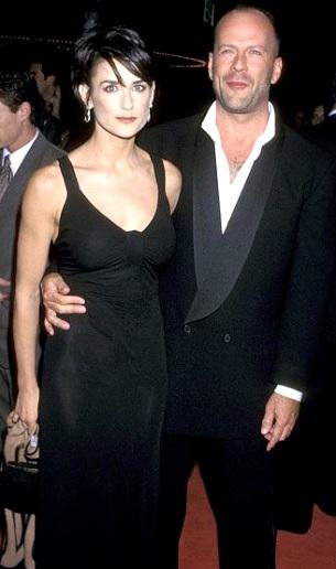 Foto de Demi Moore con vestido negro junto a Bruce Willis