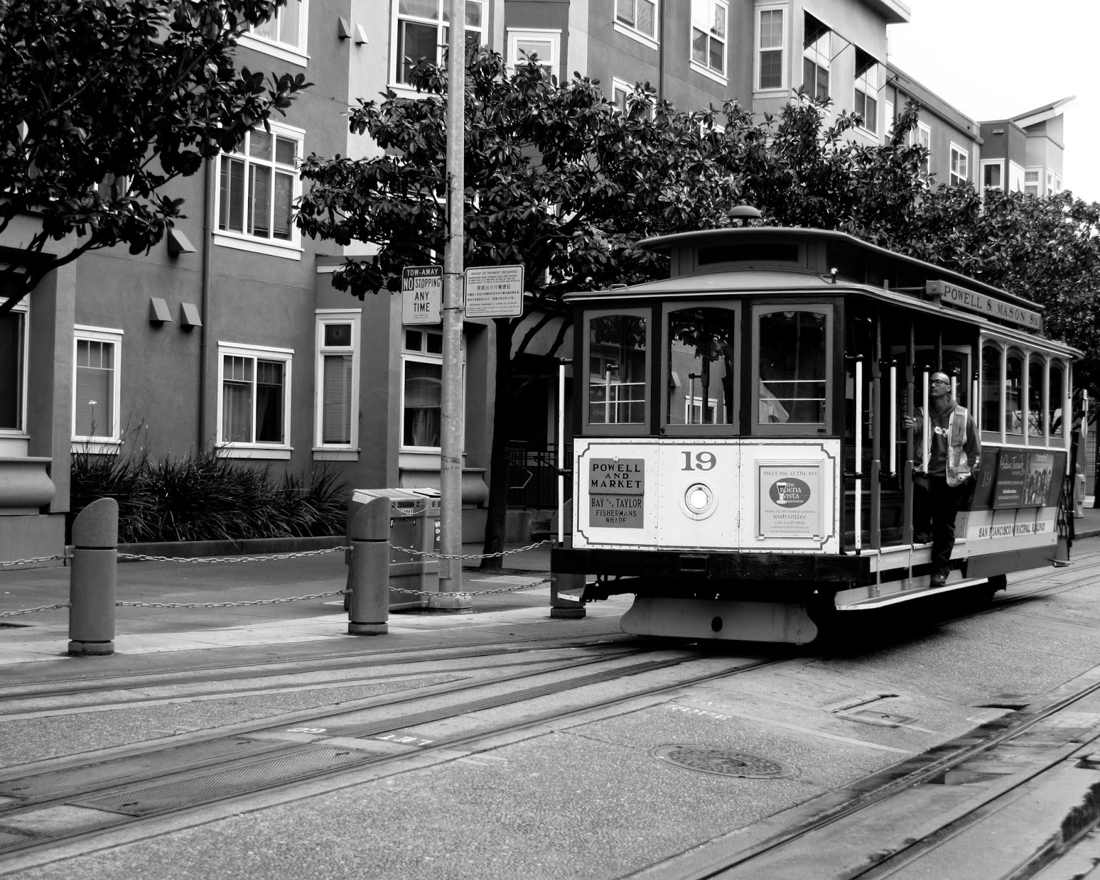 A cable car in Fisherman's Wharf