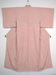 桜の花びらの地紋が配された、桃色の色無地です。