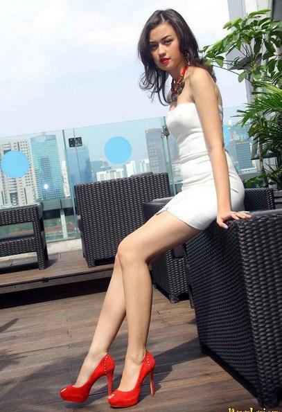 Kaki Jenjang Dan Putih salah Satu Kriteria Cewek Cantik Paha Mulus Artis Kelihatan  Kaki Mulus Cewek IGO di sofa